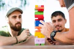 Amici che giocano il gioco del blocco Fotografia Stock Libera da Diritti