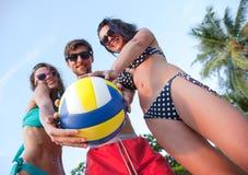 Amici che giocano pallavolo Fotografie Stock