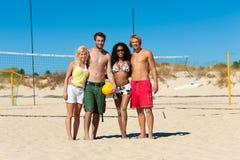 Amici che giocano pallavolo della spiaggia Immagini Stock Libere da Diritti