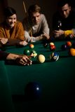 Amici che giocano snooker immagine stock libera da diritti