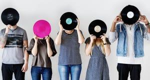 Amici che godono insieme del vinile di musica Fotografia Stock