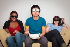 Amici che guardano 3d TV Fotografie Stock Libere da Diritti