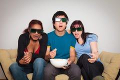 Amici che guardano 3d TV Immagine Stock Libera da Diritti