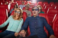 Amici che guardano film horror nel teatro 3d Immagini Stock Libere da Diritti