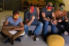 Amici che guardano partita a casa Fotografia Stock Libera da Diritti