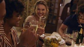 Amici che hanno bevande al partito stock footage