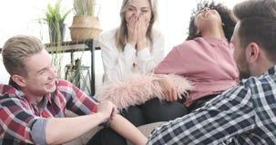Amici che hanno conversazione divertente a casa video d archivio