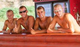 Amici che hanno divertimento alla spiaggia in caffè Fotografia Stock