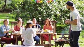 Amici che hanno partito del barbecue al giardino di estate archivi video