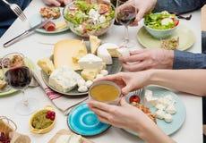 Amici che hanno pranzo Fotografie Stock Libere da Diritti