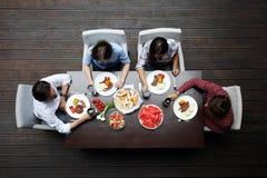 Amici che hanno pranzo Immagine Stock Libera da Diritti