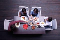 Amici che hanno pranzo Fotografie Stock
