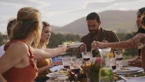 Amici che mangiano alimento al partito archivi video