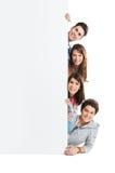 Amici che mostrano cartello fotografie stock