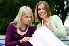 Amici che ostentano gli acquisti Fotografie Stock