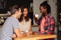 Amici che parlano insieme e che sorridono Fotografia Stock