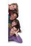 Amici che pongono annunciando Fotografie Stock