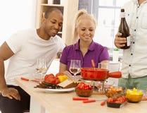 Amici che pranzano insieme a casa Fotografia Stock Libera da Diritti