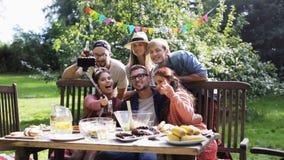 Amici che prendono selfie al partito nel giardino di estate archivi video