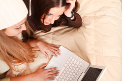 Amici che progettano le vacanze invernali online Immagini Stock
