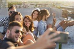 Amici che raffreddano fuori Fotografie Stock