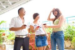 Amici che ridono e che godono del togeth di tempo di spesa fotografia stock libera da diritti