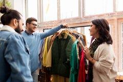 Amici che scelgono i vestiti al negozio di vestiti d'annata Fotografia Stock Libera da Diritti
