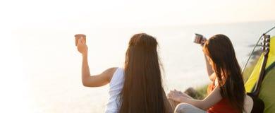 Amici che si accampano mangiando concetto dell'alimento, coppia asiatica che si accampa in loro tenda il giorno soleggiato, conce fotografie stock