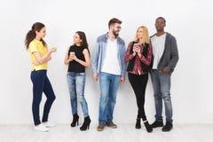 Amici che si incontrano sul fondo bianco fotografie stock