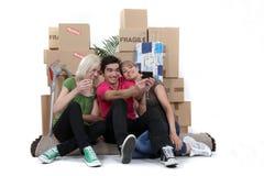 Amici che si muovono insieme dentro Fotografia Stock