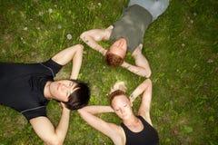 Amici che si trovano giù e che riposano Immagini Stock
