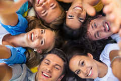Amici che si trovano insieme in un cerchio Immagine Stock