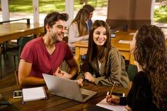 Amici che studiano insieme Fotografia Stock Libera da Diritti