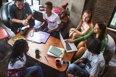 Amici che studiano insieme il caffè del computer portatile Fotografie Stock Libere da Diritti