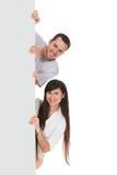 Amici che tengono cartello in bianco Fotografie Stock