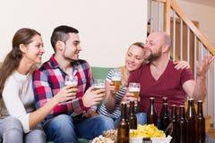 Amici che vanno in giro con la birra Immagine Stock