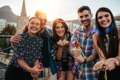 Amici che vanno in giro insieme sul partito del tetto Fotografia Stock
