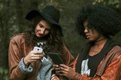 Amici con il telefono cellulare Fotografie Stock Libere da Diritti