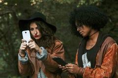 Amici con il telefono cellulare Immagine Stock