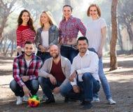 Amici con la palla all'aperto Fotografie Stock