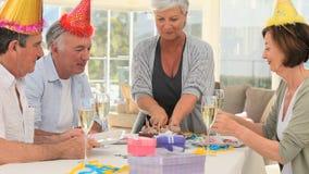 Amici degli anziani che celebrano un compleanno archivi video