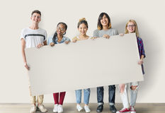 Amici degli studenti di diversità che tengono concetto del bordo fotografia stock libera da diritti