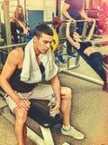 Amici degli uomini di forma fisica nei pesi di allenamento della palestra con attrezzatura Fotografia Stock Libera da Diritti