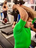 Amici degli uomini di forma fisica nei pesi di allenamento della palestra con attrezzatura Fotografie Stock