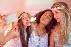 Amici dei pantaloni a vita bassa sul viaggio stradale che prende selfie Fotografia Stock Libera da Diritti