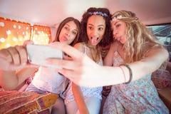 Amici dei pantaloni a vita bassa sul viaggio stradale che prende selfie Immagini Stock Libere da Diritti