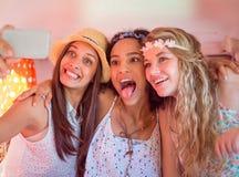 Amici dei pantaloni a vita bassa sul viaggio stradale che prende selfie Fotografie Stock