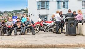 Amici del motociclista che godono dell'estate Fotografia Stock
