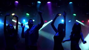 Amici del primo piano che ballano in night-club, siluetta stock footage