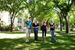 Amici dell'università sulla città universitaria Immagini Stock Libere da Diritti